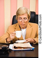 donna, ufficio, affari, giornale, anziano, lettura