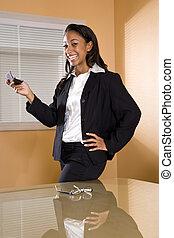 donna, ufficio, africano-americano, mobile, texting, giovane, telefono