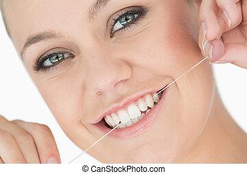 donna, usando, filo interdentale