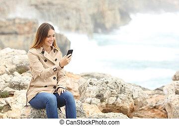 donna, usando, uno, far male, telefono, in, inverno, spiaggia
