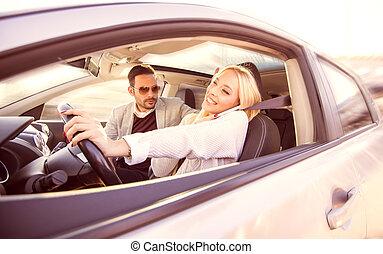donna, usando, uno, smartphone, mentre, guidando macchina