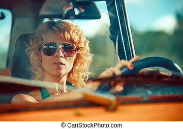 donna, vecchio, guida, giallo, fondo., automobile., rurale