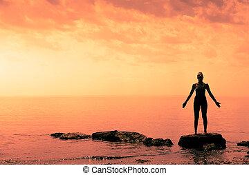 donna, yoga, giovane, davanti oceano, posizione
