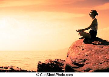 donna, yoga, loto, giovane, davanti oceano, posizione
