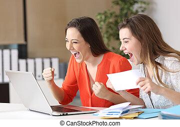 donne affari, notizie, buono, lettura, eccitato