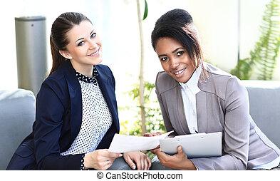 donne affari, seduta, immagine, idee, due, nuovo, discutere...