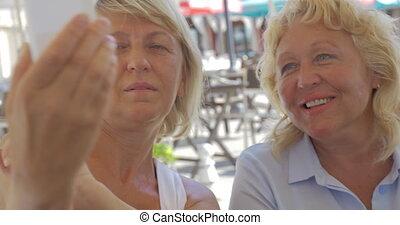 donne, amici, presa, selfie, e, guardare foto