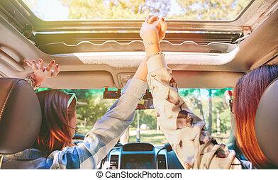 donne felici, tenere mani, e, innalzamento bracci, interno, automobile