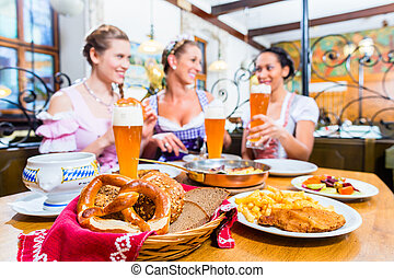 donne, mangiando pranzo, in, bavarese, ristorante
