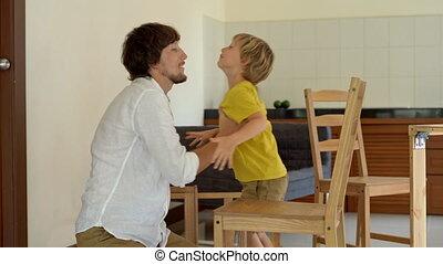 donne, sien, met, bois, parts., après, père, fils, réunir, chaise, petit, finir, five., lui, meubles, homme