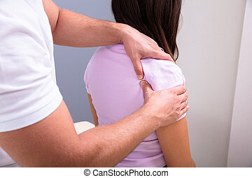 donner, épaule, masage, mâle, kinésithérapeute, femme