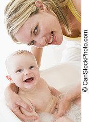 donner, bain, mère, bébé, sourire, bulle