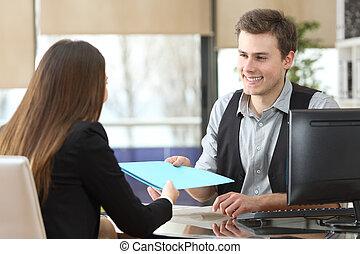 donner, client, homme affaires, documents, bureau