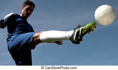 donner coup pied, balle, haut, joueur football
