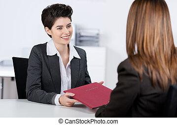 donner, femme affaires, fichier, candidat, bureau