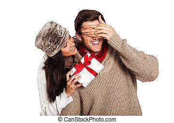 donner, femme, jeune, cadeau, petit ami