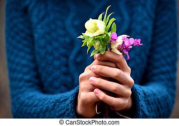 donner, girl, fleurs, main