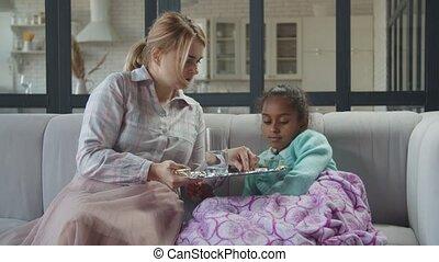 donner, mère, gosse, malade, eau, soucier, pilules