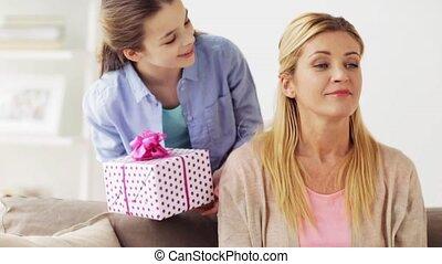 donner, mère, maison, girl, présent, heureux