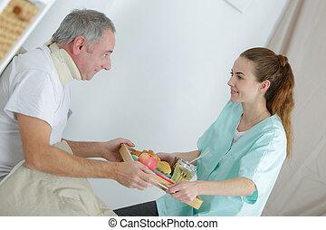 donner, petit déjeuner, joli, infirmière, maison, sourire, homme aîné