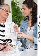 donner, soins a la maison, personne âgée femme, drogue