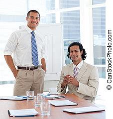 donner, sourire, présentation, homme affaires