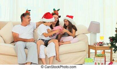 dons, pendant, noël, famille, ouverture
