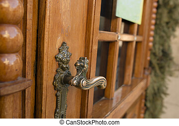 Door handle in the form of a lion
