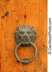 Door handle in the shape of a lion