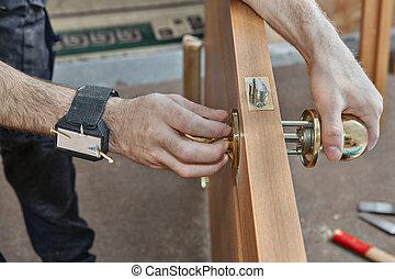 doorhandle., perilla de la puerta, hend, carpintero, arriba, humano, instalación, cierre, asimiento