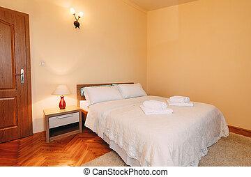 doormat., reine, dessus-de-lit, grand, lecture, lit, spacieux, taille, pelucheux, mur, salle, serviettes, oreillers, lampes