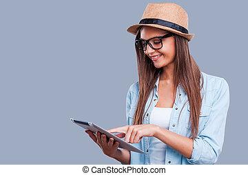doorwerken, haar, nieuw, tablet., mooi, jong meisje, doorwerken, digitaal tablet, terwijl, staand, tegen, grijze , achtergrond