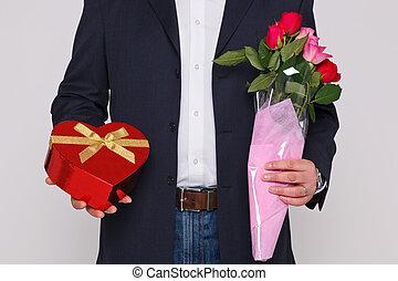 doosje, bloemen, chocolade, vasthouden, man