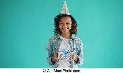 doosje, cadeau, amerikaan, jarig, vasthouden, afrikaan, verticaal, het glimlachen van het meisje