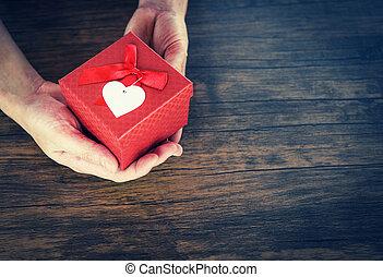 doosje, hart, concept, liefde, geven, valentines, rood, holdingshanden, kleine, dag, kado, man