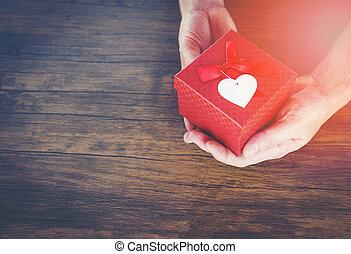 doosje, hart, liefde, cadeau, geven, geven, valentines, kado, holdingshanden, kleine man, dag, lint, rood