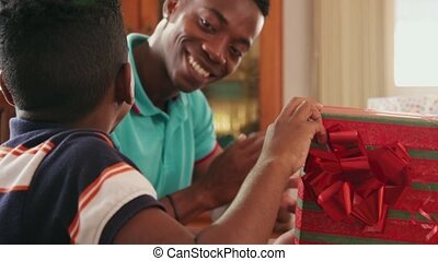 doosje, jongen, cadeau, opening, spaans, jarig, zwart kind, vieren, vrolijke