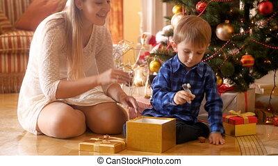 doosje, jongen, weinig; niet zo(veel), cadeau, zittende , ...