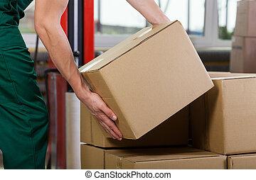 doosje, magazijn, arbeider, het tilen, handen