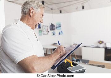 doosje, zijn, stalletjes, vorm, houden, kitchen., volgende, black , papieren, instrument., hij, hem, hands., man