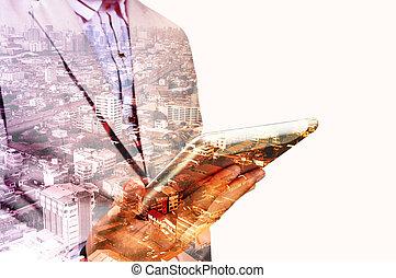 doppia esposizione, di, città, e, mani, usando, tavoletta digitale