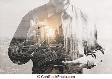 doppia esposizione, di, successo, uomo affari, usando, tavoletta digitale, con, londra, costruzione, effetto
