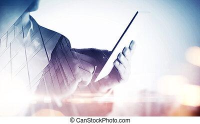 doppia esposizione, di, uno, città, e, uomo affari, con, tavoletta digitale