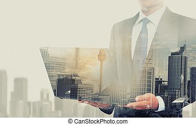 doppia esposizione, di, uomo affari, usando computer portatile, computer