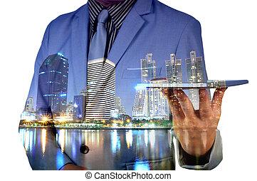 doppia esposizione, immagine, di, uomo affari, uso, tavoletta digitale