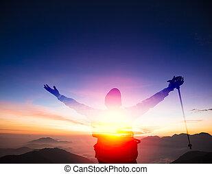 doppia esposizione, uomo, su, il, cima, di, montagna, osservare, tramonto