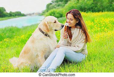doré, été, chien, ensemble, propriétaire, sourire, herbe, jour, retriever, heureux