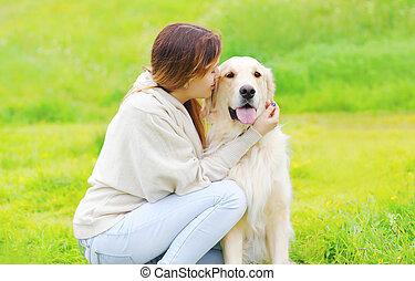 doré, été, ensoleillé, chien, ensemble, propriétaire, herbe, jour, retriever, heureux