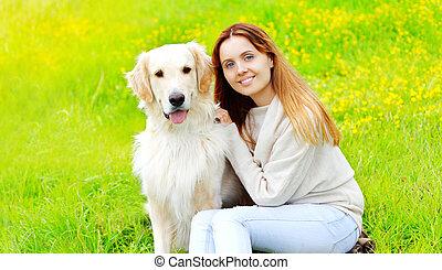 doré, été, ensoleillé, chien, ensemble, propriétaire, sourire, herbe, jour, retriever, heureux