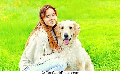 doré, été, heureux, ensoleillé, chien, ensemble, propriétaire, portrait, sourire, herbe, jour, retriever